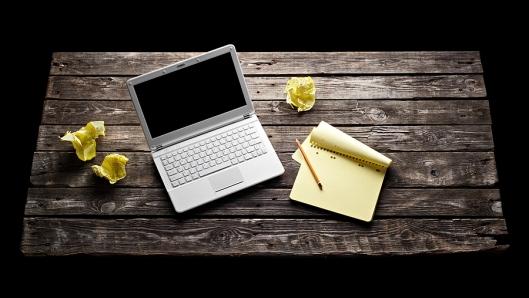 Er kruipt een meisje tevoorschijn uit laptop en kladblok ...