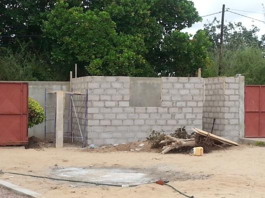 Casinha in aanbouw. Tuinschuurtje - we moeten het juiste woord nog bedenken. De functie is al wel duidelijk: opslag van tuin- en bouwmaterialen.