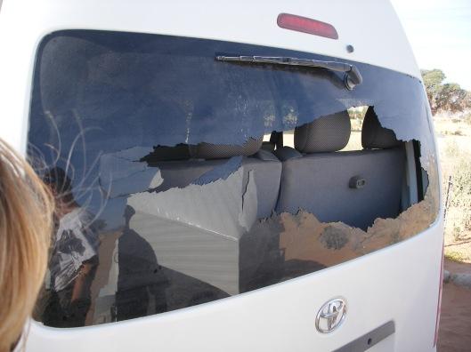 Een steen? Of was er op ons busje geschoten?